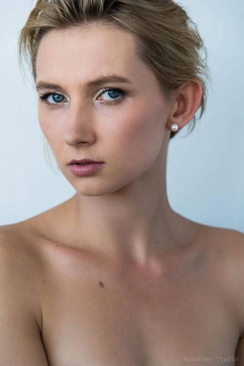 Karina Bezruchenko. Portrait. MUA: Anouk Esthétique. By Posetime Studio – avec Anouk Esthétique.