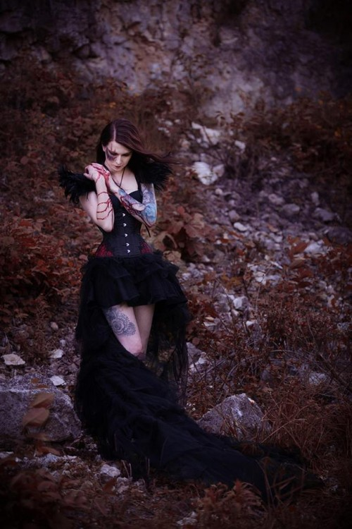 Feather shoulder pads: Mystic Thread. Photo/styl: Katarzyna Mikołajczak Photography – Asmelia Elwira.