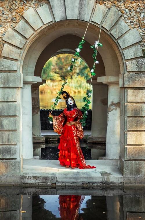 """Bonjour les """"Artistocrates"""". C'est aux portes de sa noble demeure, que nous accueille aujourd'hui la princesse Yin. Elle nous invite à venir nous balancer aux rythmes de ses fantaisies. A très bientôt. Photographe: MayuLem Photographie."""
